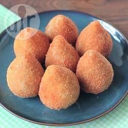 Coxinha de frango simples @ allrecipes.com.br - Minha tia, que faz coxinhas para vender, me passou essa receita de coxinha, bem simples e econômica.