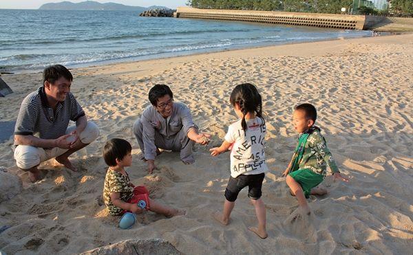 일본 이토시마에는 방사능 '피난민들'이 모여사는 셰어하우스가 있습니다. 자연에서 아이들을 가르치는 대안 어린이집 등 원전 문제에서 도망치지 않는 공동체라고 하는데요.