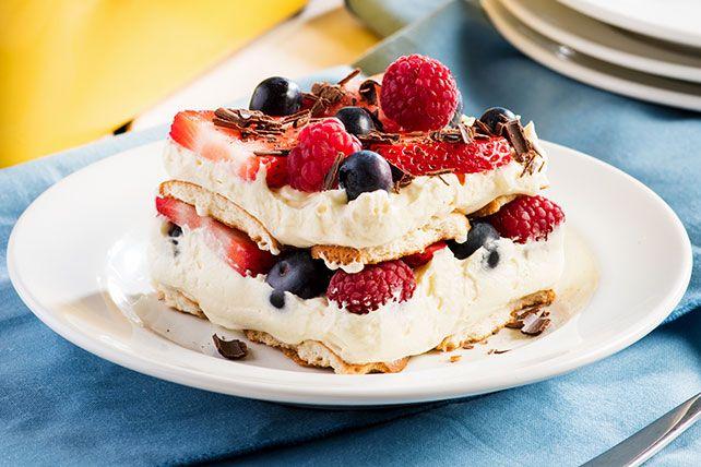 Ce dessert étagé est fait de baies fraîches ou surgelées. Que vous utilisiez des fraises, des bleuets ou des framboises, le résultat sera toujours délicieux!