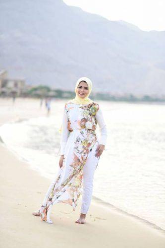 floral chiffon beach dress hijab look- Cute hijab for teens http://www.justtrendygirls.com/cute-hijab-for-teens/