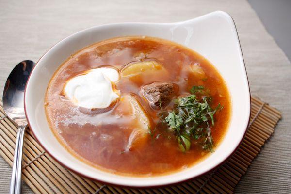 Оригинальный рецепт супа с говядиной вычитала в одной книжке. Там он относился к бразильской кухне, так что и я к ней отнесу. Суп интересен необычной для нас обжаркой мяса перед варкой и пряным ароматом.