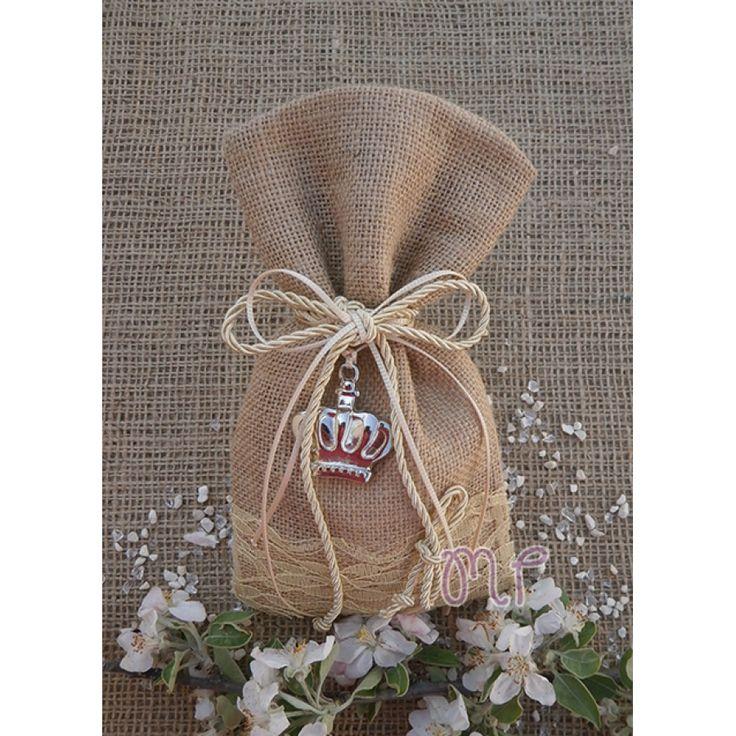 Μπομπονιέρα γάμου. Μπομπονιέρες γάμου πουγκί λινάτσα μπεζ με δαντέλα και μεταλλική κορώνα