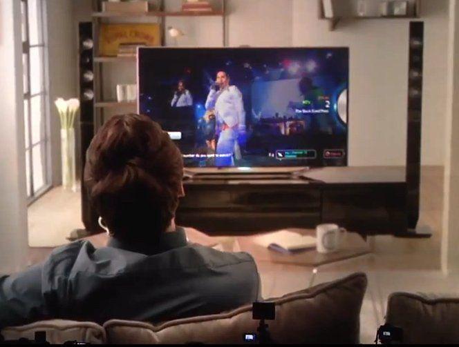 Não, a TV não falará com você (Ainda bem), mas a ES8000 vai te entender através de comandos de voz e de gestos, algo parecido com o Kinect do Xbox. Essa inovação elimina o famigerado controle-remoto, um divisor de águas na indústria de Televisores. A Samsung apresentou a nova tecnologia na CES 2012, veja o vídeo demonstrativo abaixo para entender melhor.