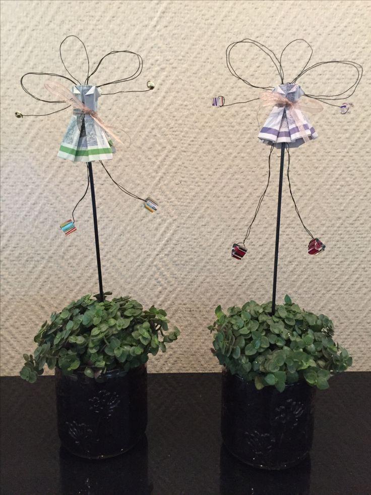 Pengegave konfirmation - ståltrådsengle med kjoler af foldede pengesedler sat i glaspotte med blomst