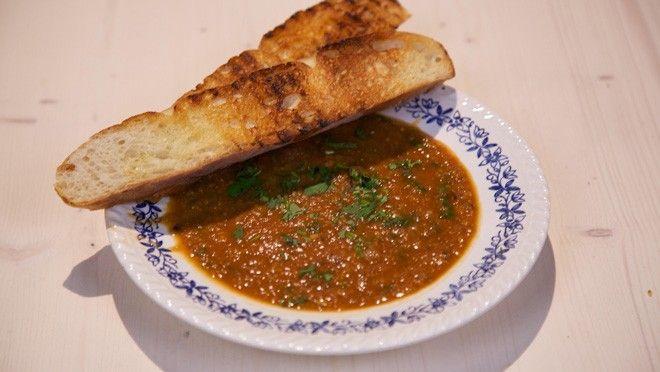 ijn.Snijd       de aubergines in kleine blokjes. Verhit       een scheutje olie in een (soep)pan en bak de ui en de knoflook circa 2       minuten. Voeg de...