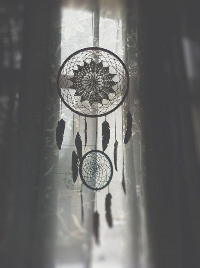 Un attrape-rêves avec plumes et dentelle.
