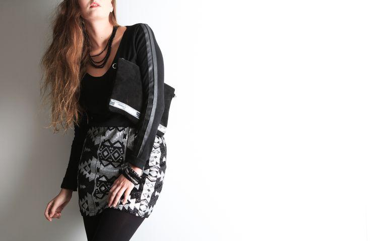 Zoom sur ce look spécial fêtes avec une jupe aztèque en sequins et un sac pochette paillettes à retrouver sur http://www.stockfamily.fr/noel-605151/tenues-de-fetes-605155/