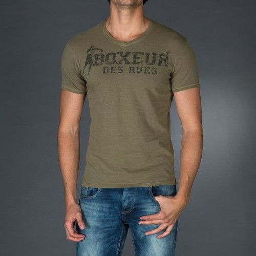 Treated V-neck t-shirt with vintage logo print on front. Application on front of a personalized label.  € 23.90 SALE > € 15.90