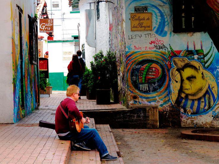 11. Sus callejones atraen personas a tocar música, conversar, leer y hacer malabarismo entre otras.