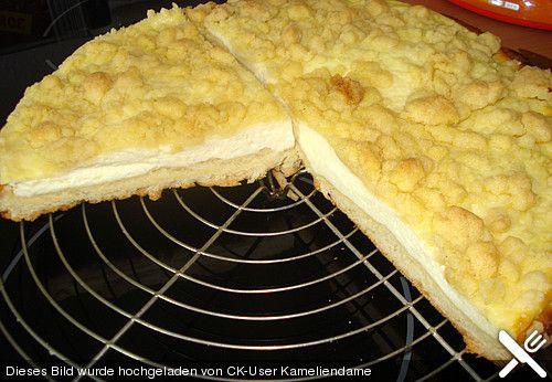 Schlesischer Streuselkuchen 450 g Mehl 1 Pck. Hefe (Trockenhefe) 2 Tasse/n Milch, lauwarme 50 g Butter, zerlassene 50 g Zucker 1 Ei(er) 1 Prise(n) Salz Für die Füllung: 200 g Butter 200 g Zucker 3 Ei(er) 1 kg Quark 1 Pck. Puddingpulver, Vanille Für die Streusel: 350 g Mehl 200 g Zucker etwas Zimt 200 g Butter