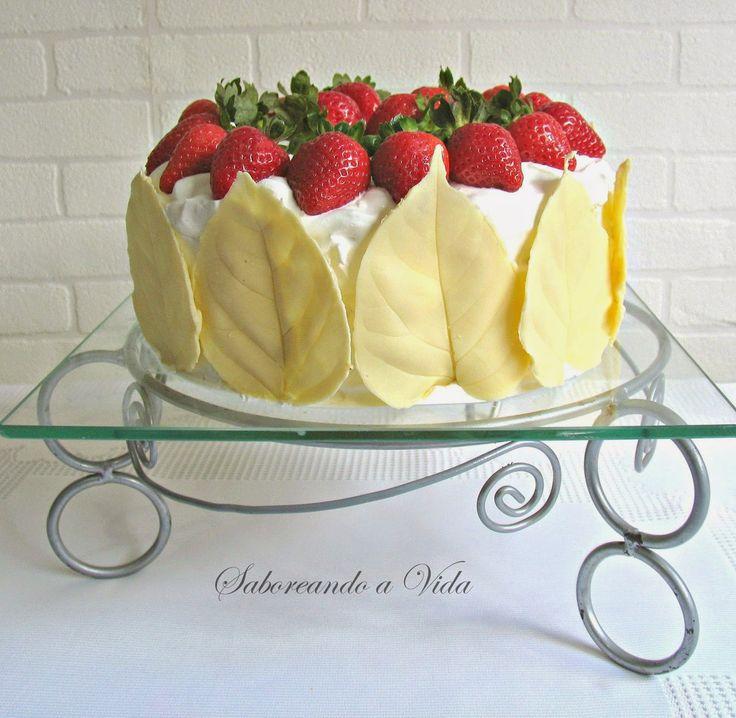 Bolo de Festa especial - aniversário, casamento, bodas etc. - bolo branco (morango, doce de leite, chantilly e chocolate branco) - strawberry dulce de leche party cake