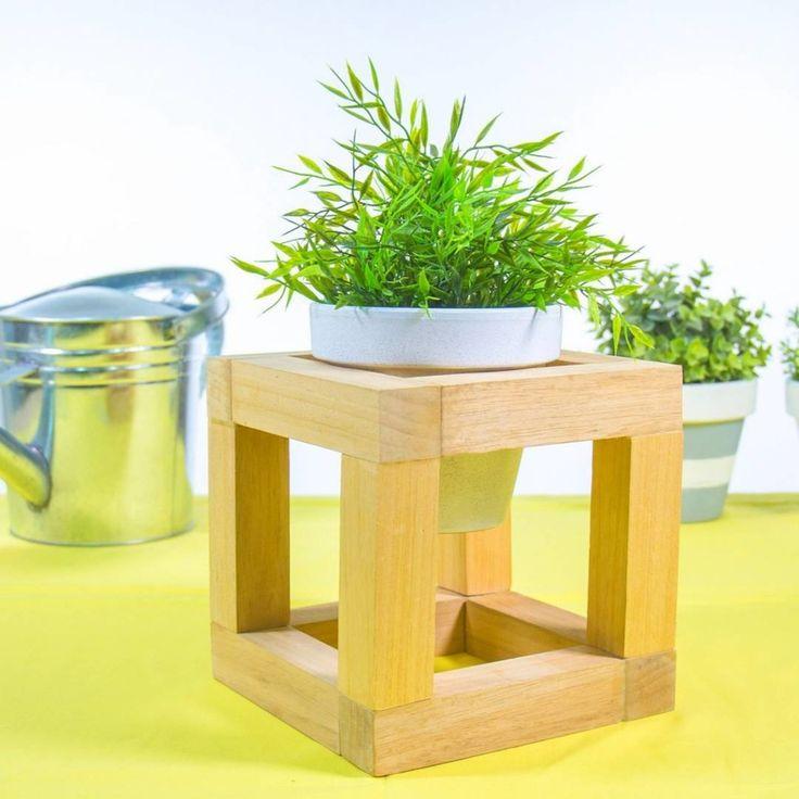 Macetero de madera nórdico @handfie -   1)Mide y marca los listones de madera      Con la ayuda de un lápiz y una regla, marca las piezas para hacer el macetero en listones cuadrados de madera del mismo tamaño. Mide la maceta que vas …