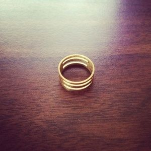 Copper Plated gold tone ring with 4 parallel ridges lined two by two ( one slightly smaller than the 3 others). size 7.