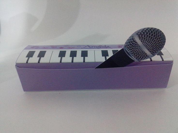 Caixa para doce ou lembrança Violetta <br>Acompanha o mini microfone para decorar. <br>Fazemos em outra cor ou modelo de festa ( anos 50 , etc ) <br> * cabe 3 doces na caixa <br>Temos modelo maior - R$3,80( não tem microfone) <br>Microfone vendido separado - R$0,65 cada. <br> <br>Tire suas dúvidas!