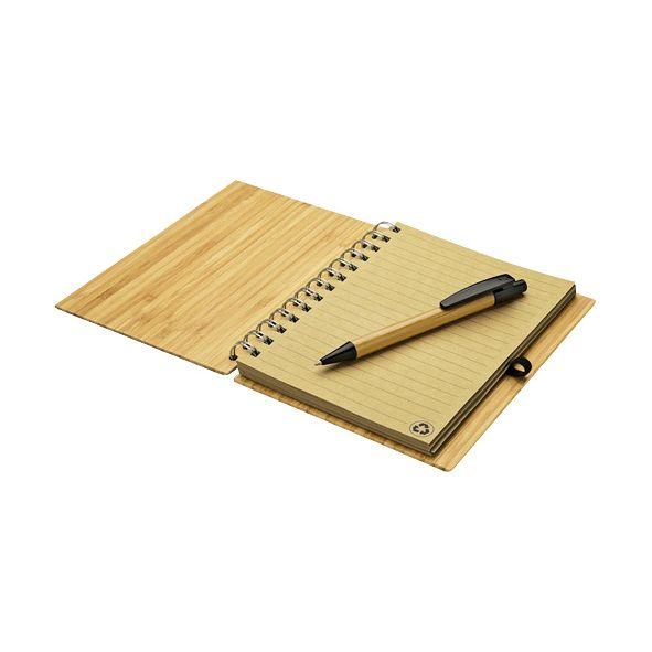 COD.BU037 Cuaderno Ecológico con Tapas Duras de madera de Bambú, 70 hojas interiores lineadas de papel kraft y anillado metalico doble cero. Incluye Bolígrafo Ecológico de madera de Bamboo con detalles negros.
