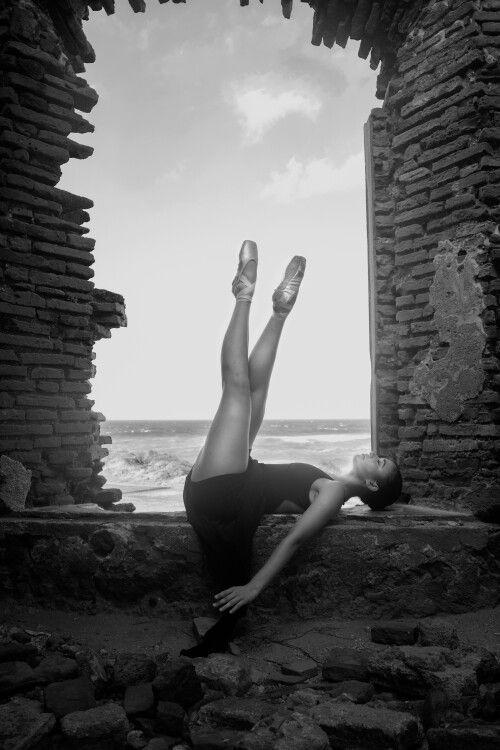"""El alma del filósofo habita en su cabeza; el alma del poeta, en su corazón; el alma del cantante reside en su garganta. Pero el alma de la bailarina, tiene su morada en todo su cuerpo""""  """"The soul of the philosopher dwells in his head, the soul of the poet, in his heart, the soul of the singer is in her throat. But the soul of the dancer, has her abode in all her body""""  Gibran Khalil Gibran, poeta, Líbano  Photo by: Alfredo Photography Bailarina y maestra IDS: Camila Cruz  Te esperamos todos…"""