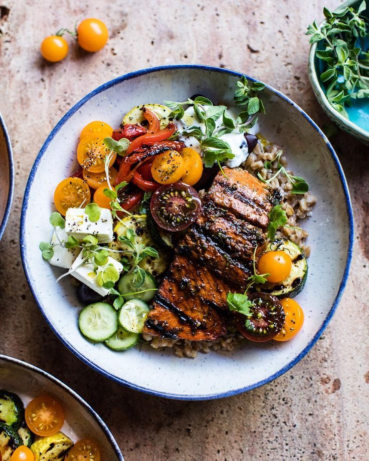 """6,818 curtidas, 134 comentários - Tieghan (@halfbakedharvest) no Instagram: """"Making killer Salmon Souvlaki Bowls today on the blog! Perfect easy and healthy Monday dinner!!!…"""""""