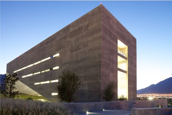 The Centro Roberto Garza VRV air conditioning system provides high efficiency in electricity consumption for the divided spaces configuration of the building. Lamps are high efficiency and with electronic ballast that is linked to an intelligent system that detects heat, motion, and daylight by sensors strategically located through the building.