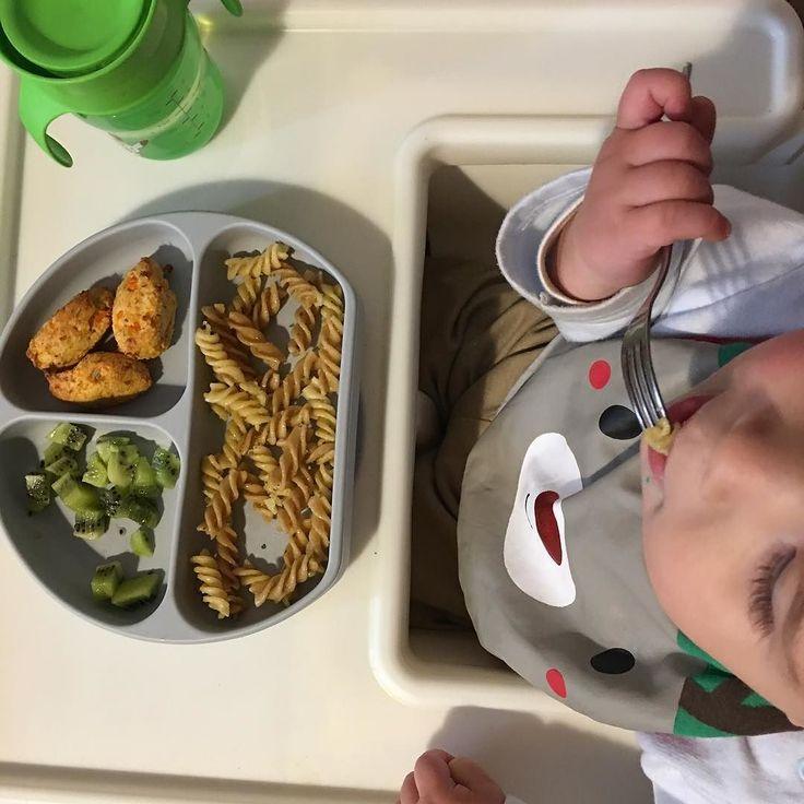 Hoy dejo por aquí el menú de hoy al mediodía: Buñuelos del resto de pollo y verduras de hacer caldo. Espirales integrales salteadas con aceite de oliva y orégano (hice de más ayer al mediodía para aprovecharlas hoy y las he calentado en sartén) Kiwi La verdad es que el 90% de las comidas ya son iguales para Lluc que para nosotros. En este caso la única diferencia es que ya tiene el postre en el plato y como ya va usando el tenedor el kiwi que es muy blandito lo tiene a trocitos. Con el…