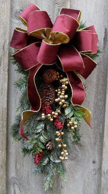 リボンの雰囲気でずいぶんとイメージが変わりますね。大人のクリスマスにぴったりの落ち着きと気品のあるスワッグです。