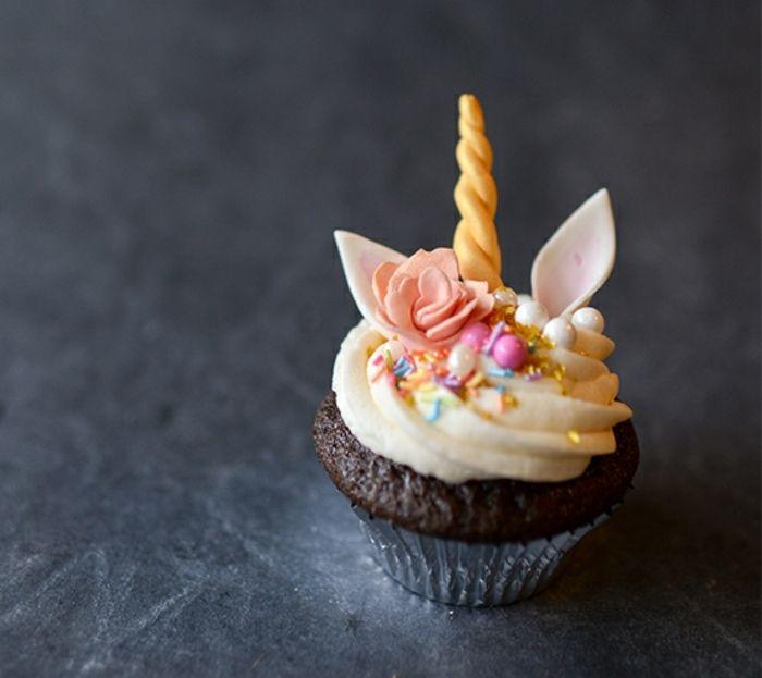 comment faire des cupcakes chocolat, crème vanille, decoration fleur, oreilles, perles, vermicelles en sucre, dessert licorne