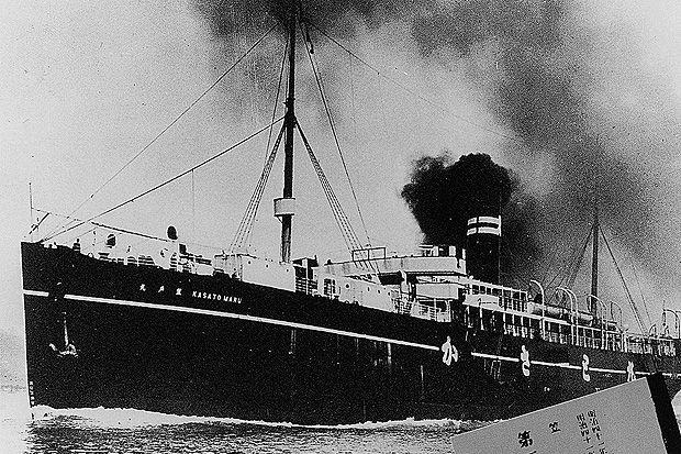 ORG XMIT: 083801_0.tif Centenário da Imigração Japonesa no Brasil: Combandeira japonesa, o Kasato Maru chegou a Santos em 18 de junho de 1908, trazendo 785 imigrantes; construído em Newcastle, na Inglaterra, o navio, comprado pelos russos em 1889, foi capturado pelos japoneses em 1904, e, afinal, afundou no mar de Bering, no fim da Segunda Guerra Mundial, abatido pelos russos, em 1945. (Foto Origem: Banco de Dados/Folhapress) Texto: PROIBIDA A PUBLICAÇÃO SEM AUTORIZAÇÃO EXPRESSA DO DETENTOR…