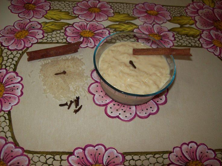 2 xícaras de arroz - 1 litro de água - 4 colheres de açúcar refinado - 1/2 litro de leite integral - 1 lata de leite condensado - 5 colheres de leite em pó - 4 unidades de cravo-da-índia - Canela em pó a gosto -