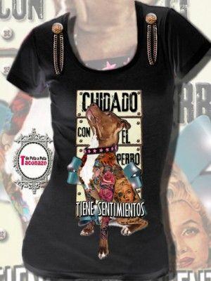 Camiseta adornada con botones y cadenas envejecidos , en los laterales. Dibujo de perro tatuado, con un cartel que dice, cuidado con el perro ......Tiene sentimientos!