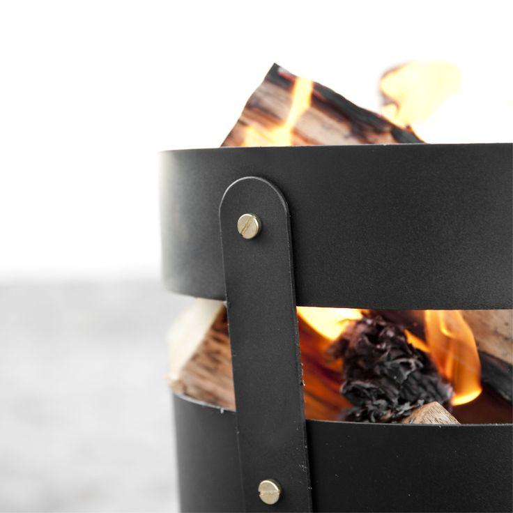 Fire Basket fra Menu og Norm Architects er et lille mobilt ildsted er klar til brug stort set overalt. Sørger du for et stabilt og brandsikkert underlag kan du bruge Fire Basket på stranden, i haven, på terrassen.
