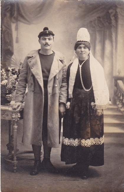 De retour à Lesconil mon grand-père se maria en tenue de fusilier marin avec Anne Marie Charlot le 20 janvier 1919.    On peut remarquer qu'à cette époque, la coiffe bigoudenne n'avait pas encore la hauteur de celles des années 1950/1960.    Finistère Bretagne