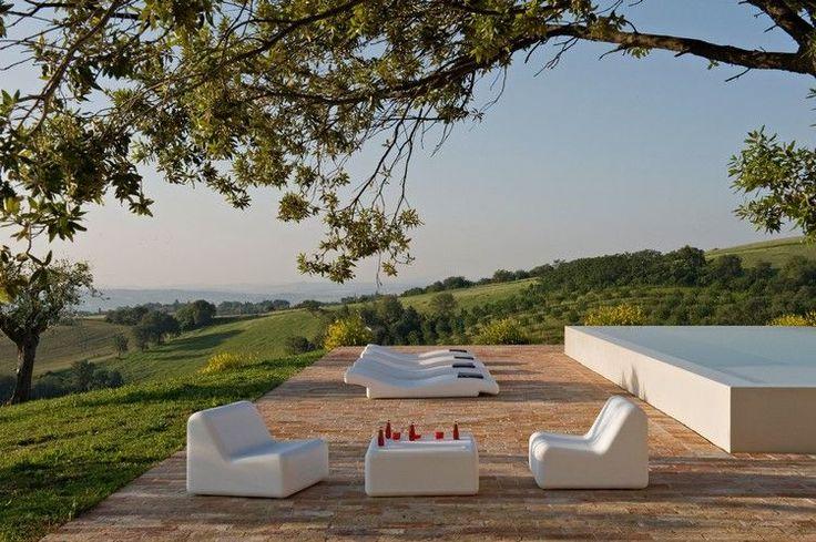 jardin minimaliste, chaises longues design, fauteuils en blanc neige et table basse assortie