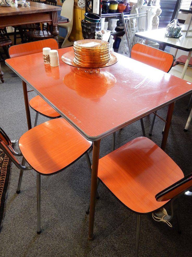 Oranje Formica keukenset met vier eetstoelen en een krukje. Prjs per stoel € 27.50, krukje € 19.50 en tafel € 47.50.