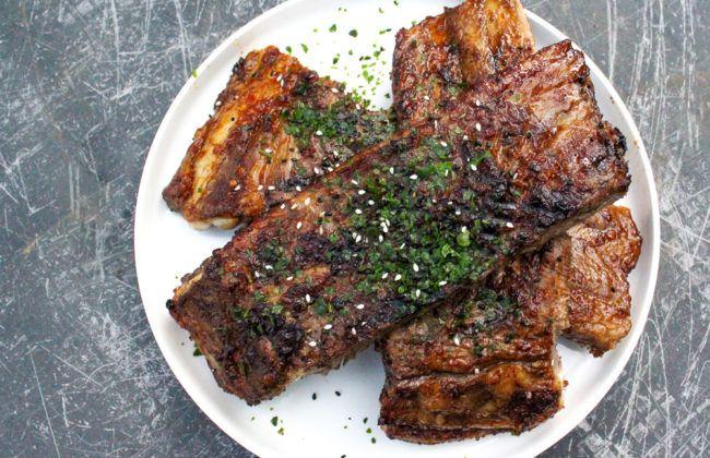 Deze heerlijke Oosterse spareribs smaken heerlijk dankzij een superlekkere marinade met knoflook en gember. Door ze te grillen worden ze nog lekkerder!