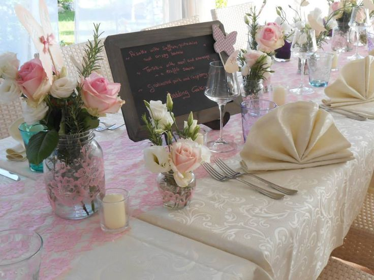 Un tavolo apparecchiato per il pranzo di nozze all'agriturismo romantico Taverna di Bibbiano, la location ideale per il vostro matrimonio romantico in Toscana