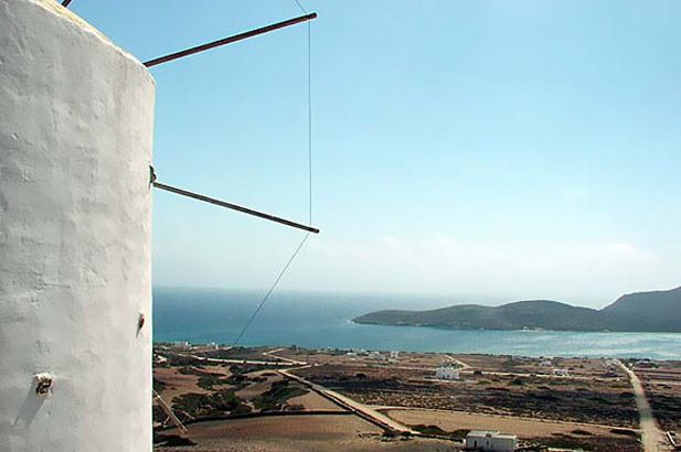 Antiparos: everything that makes the Cyclades famous, but in a small, relaxed and easy form. Sandy beaches, friendly locals, good fish tavernas, & lovely windmills. #FiveStarGreece #LuxuyVillas #HolidayMatchmaking