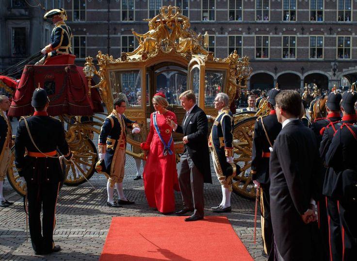De Gouden Koets met koning Willem-Alexander en koningin Máxima is gearriveerd in de Ridderzaal. Koningin Máxima draagt een a-lijnvormige japon van rode zijde. Ze draagt het ordelint en ster van het Grootkruis der Orde van de Nederlandse Leeuw. Willem-Alexander is gekleed in jacquet.