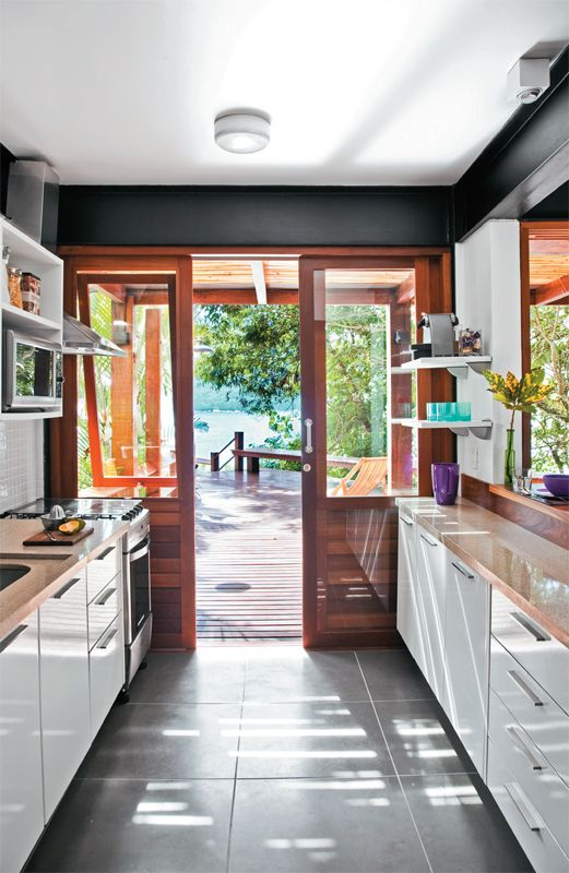 A segunda porta de correr da cozinha conduz à área externa.