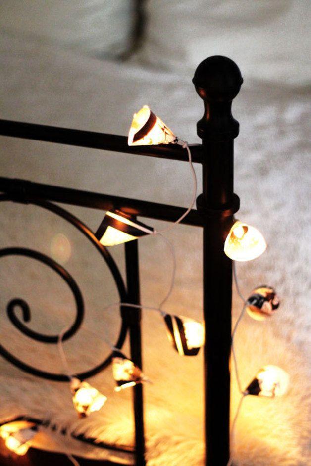 """Lichterkette """"Comics""""  ♥ Diese süße Lichterkette erzeugt super gemütliches Akzentlicht durch ihre 10 Lämpchen,  welche mit Schirmchen aus schwarzweißen Comics weiterverarbeitet wurden. Die Lichterkette hat ein weißes Kabel mit Schalter und ist ausschließlich zur Innenbeleuchtung geeignet. ♥  1,5m Zuleitung Fassungsabstand 15cm  Abb. ähnlich  Größe/Maße/Gewicht Lämpchen: Länge ca. 6cm Breite ca. 4cm  Verwendete Materialien Comics s/w  Herstellungsart Mit ♥LIEBE♥ geklebt.."""