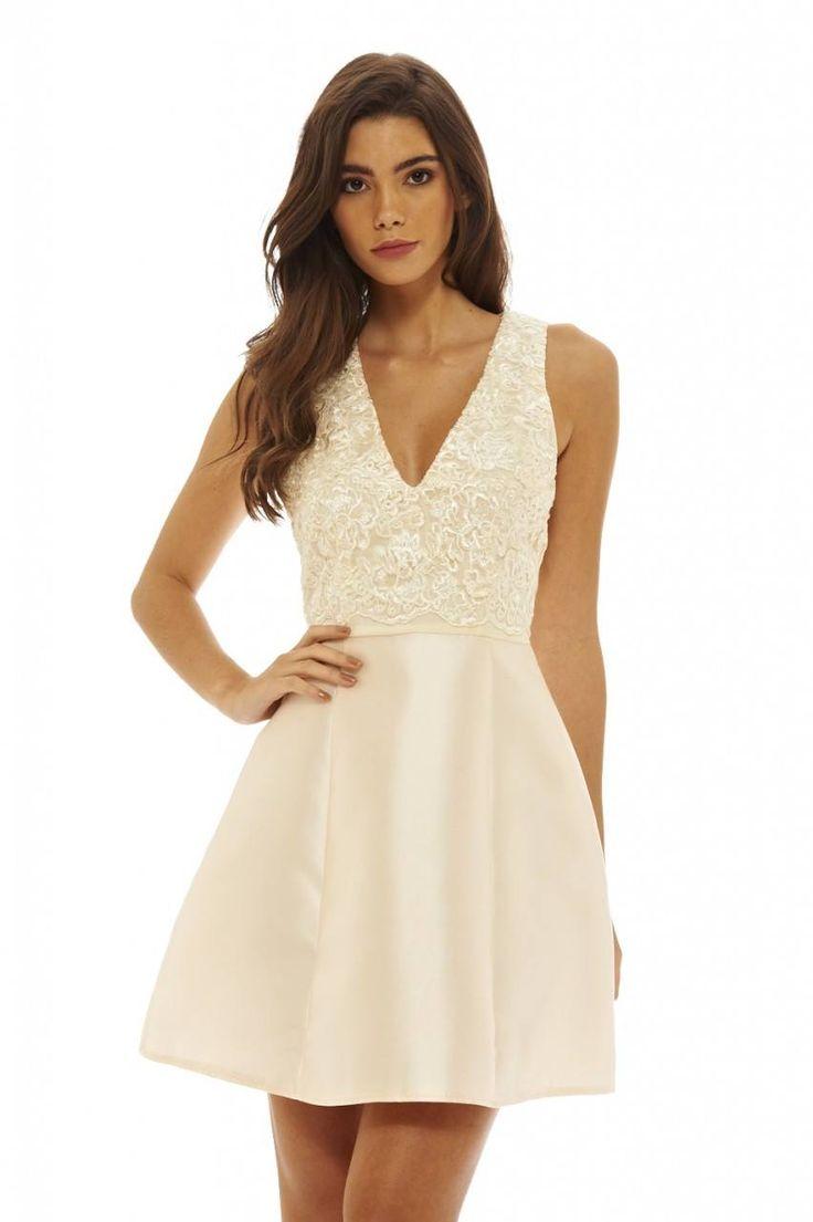 Dostępne różne rozmiary – piękna sukienka w apetycznym, kremowym kolorze – sukienka składa się z dwóch różnych materiałów – góra sukienki jest koronkowa dodaje to elegancji i stylu – dół sukienki z lekko połyskującego, mięsistego materiału o rozkloszowanym fasonie – sukienka doskonała dla kobiet, których mocną stroną są zgrabne nogi – bardzo dziewczęca sukienka na