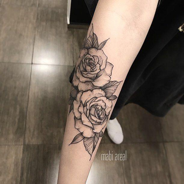 Tatuagem feita por Mabi Areal do Rio de Janeiro. Flores em blackwork no braço.