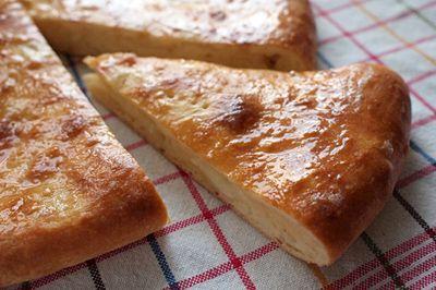 """Chačapuri. 1/2 kg mouky (hladká, pšeničná) 125 ml mléka (trošku vlažné), 4 vajíčka (pokojová teplota), 60 g másla (roztopené, vlažné), 5 g instantního droždí lžička soli, asi 400 g sýra (klidně obyč """"balkán"""" a mozzarella v poměru 2:1, k přesnému množství v receptu), ještě troška másla při ruce"""