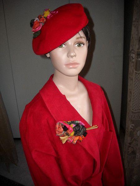 Cappelli di lana - Berretto  ricamato con spilla bouquet coordinata - un prodotto unico di MariaDaniela su DaWanda