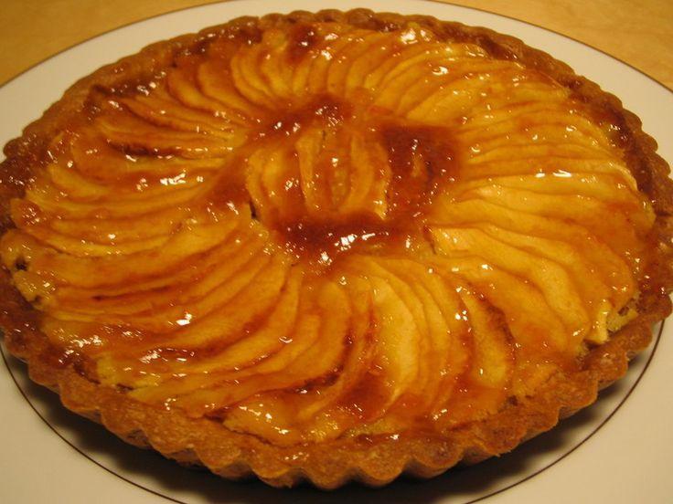 甘酸っぱいりんごにコクのあるアーモンドクリーム、さくさくのクッキー生地♪リッチテイストでまさにケーキ屋さんのりんごのタルトです。手順は多いですが完成したときは格別の味を楽しめます!寒い日はゆっくりお家でりんごのタルトを作ってください。