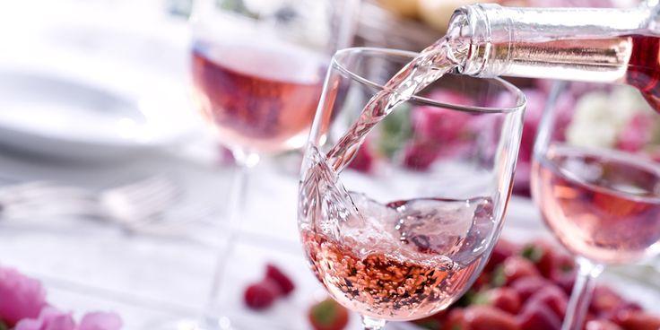 En je raadt nooit waar hij in de schappen ligt… Gewoon, bij deAldi! De budgetsupermarkt ging tijdens de Londense International Wine Challenge Awards -de Oscars van de wijnen - met maar liefst zes zilveren medailles naar huis. Waar het allemaal om is te doen? De Franse rosé 'Exquisite Collection Côtes de Provence 2016'. De jury…