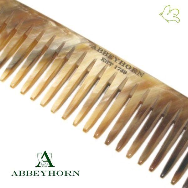 Mini Peigne de Poche à dents larges aux pointes arrondies. Un tout petit peigne en corne naturelle (9cm), idéal pour les bébés, une poche de veste ou le sac à main. Grâce à sa denture large et ses pointes arrondies il est partiulièrement doux pour le cuir chevelu sensible. Fait main et poli main en Angleterre. 12,50€ #homme #mini #peigne #corne #naturel #abbeyhorn #luxe #exception #artisanat #bebe #poche #cheveux #soin www.officina-paris.fr