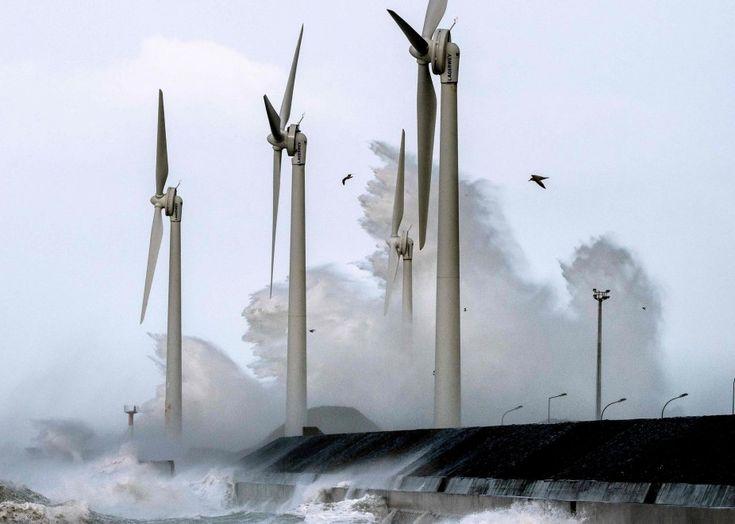 Capelli al vento e onde record: la bufera si abbatte sulla Gran Bretagna