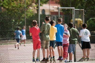 """""""Los datos en torno al acoso homofóbico en las aulas son preocupantes"""" El 'Día contra la Homofobia' lucha contra todas las expresiones de odio hacia el colectivo homosexual que también se reflejan en los comportamientos hacia los niños y adolescentes con diversidad sexual. """"La discriminación puede darse de diferentes maneras, con agresiones directas e indirectas, exclusión e incluso acoso, con un impacto terrible en la autoestima de los chavales"""", avisa Kepa Yécora, del grupo LGTBIQ del…"""