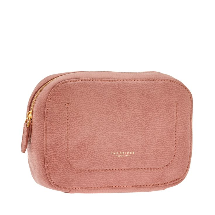 Practical and minimal, this leather toiletry bag from The Bridge is perfect for carrying all your daily essentials. A simple and discreet option, useful at work, at the gym or during travel. Size: 24X17X7 cm.