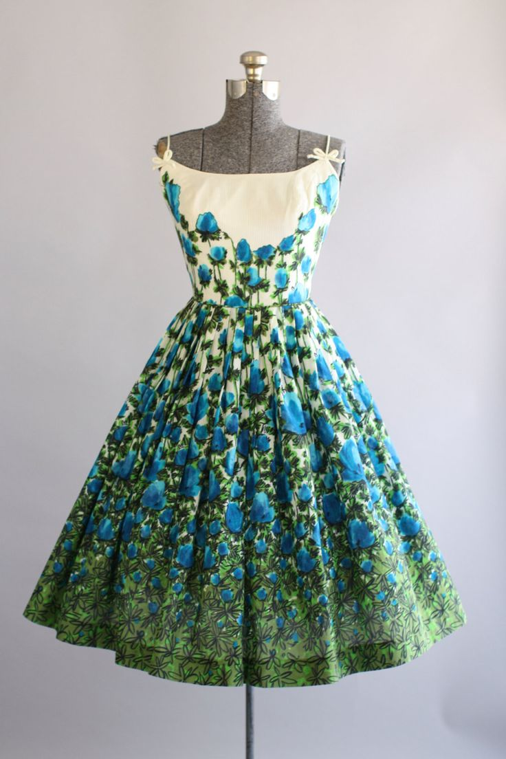 Deze jaren 1950 katoenen jurk beschikt over een prachtige blauwe en groene bloemenprint bovenop een witte achtergrond. Spaghetti bandjes met decoratieve bogen op voorzijde. Gesmoord taille. Volledige geplooide rok. Metalen rits op de rug. Zeer goede vintage staat. Houd er rekening mee: petticoat gedragen onder rok voor toegevoegd volheid. Dit stuk is schoongemaakt en is klaar om te dragen!  Label Jeannette Alexander van Californië Katoen stof Geschatte omvang S Label grootte n/b Pit-Pit 17…