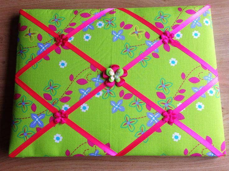 Lintbord memobord in limegroen met roze accenten afgewerkt met satjnen bloemen en vlinder in het midden.